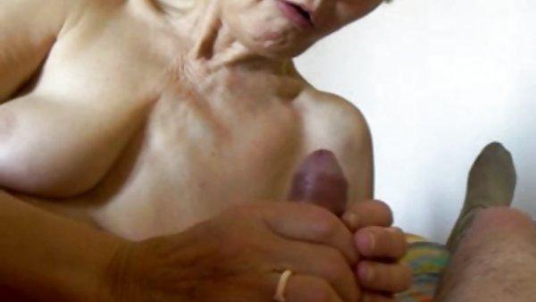 图片性的岩石上的老奶奶裸体照片